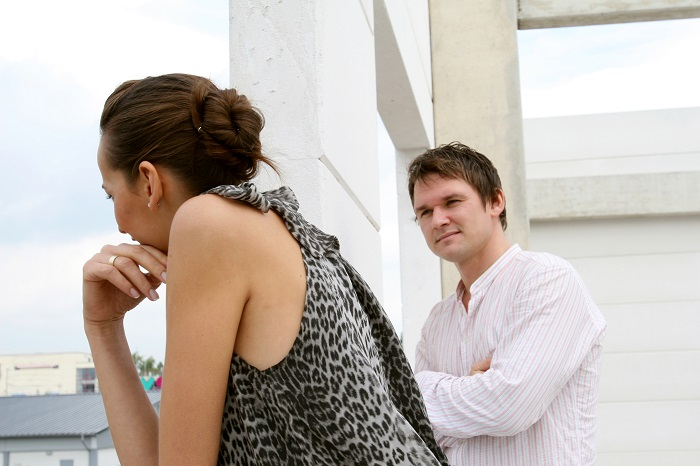 Porque os Homens Somem - Homem olhando para a mulher