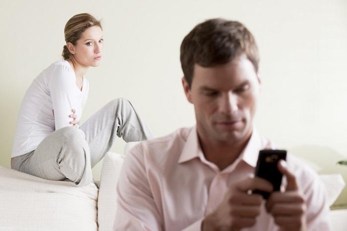 Como controlar o ciúmes - Homem no celular